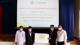 Trao tặng hơn 50.000 bộ xét nghiệm Covid-19 cho tỉnh Lâm Đồng
