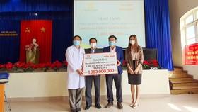 Trao tặng 2.000 bộ kit xét nghiệm SARS-CoV-2 cho tỉnh Lâm Đồng