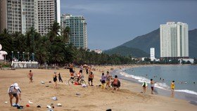 Người dân Nha Trang tắm biển trở lại