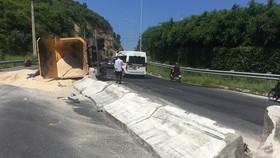 Xe chở cát lật nhào trên đại lộ Nguyễn Tất Thành