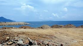 Biển Bãi Tiên Nha Trang biến dạng do đổ đất đá