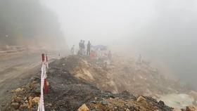 Lực lượng chức năng đang tìm kiếm trong thời tiết có mưa, sương mù dày đặc