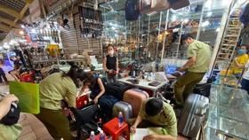 Thu giữ 1.500 đồng hồ, kính, ví... nghi giả nhãn hiệu nổi tiếng tại chợ Bến Thành, Saigon Square