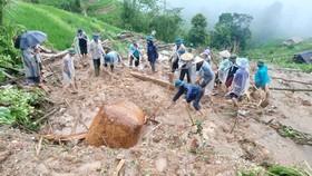Nhiều trẻ bị vùi trong mưa lũ, 5 người thiệt mạng