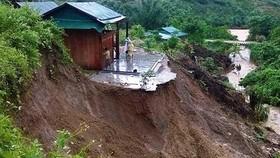 Mưa gió kéo dài đã làm thêm 2 nạn nhân thiệt mạng vì xảy ra lở đất, sạt vào nhà cửa