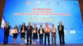 Bộ trưởng Bộ NN-PTNT trao giải nhất cho các tác giả đạt giải