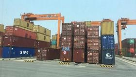 Những container hàng nhập khẩu được tập kết tại cảng Đình Vũ - Hải Phòng. Ảnh: VĂN PHÚC
