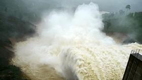 Thủy điện ở thượng nguồn sông Vu Gia xả lũ