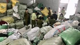 """Bắt hơn 28 tấn quần áo """"sida"""" ở Quảng Ninh"""