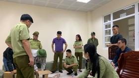 Lực lượng chức năng kiểm tra số tang vật bị thu giữ