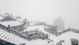Băng tuyết tiếp tục phủ trắng đỉnh Fansipan