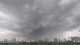 TPHCM mưa lớn vì áp thấp nhiệt đới kích hoạt gió mùa Tây Nam