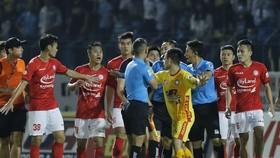 Trọng tài lại trở thành vấn đề của V-League 2021. Ảnh: MINH HOÀNG