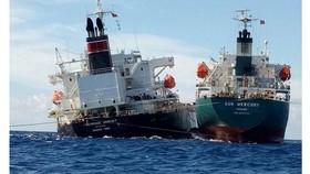 Tàu vận tải chở 30.000 tấn hóa chất bị mắc cạn trên biển.