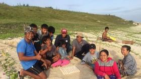 Nhân viên Khua bảo tồn biển Hòn Cau, ngư dân vô cùng vui mừng khi phát hiện ra 82 quả trứng rùa.