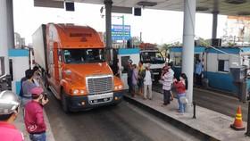 Bị người dân và tài xế phản ứng, Trạm Sông Phan phải cho xả trạm.