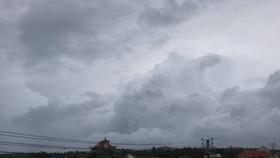 Sáng nay, đảo Phú Quý có mưa lớn kèm gió thổi mạnh, bầu trời mây kéo đen kịt