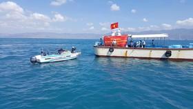Hàng trăm ngàn con tôm sú, ốc hương, cá bớp giống đã được thả xuống biển Bình Thuận.
