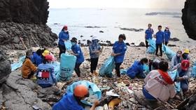Phong trào dọn sạch rác bãi biển ở Phú Quý ngày càng lan rộng.