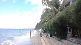 Tại phường Hàm Tiến, khu vực từ khách sạn Mũi Né Ocean đến khu du lịch Sài Gòn Mũi Né hiện chưa có tác động của kè mềm nên dòng chảy con nước an toàn khi mùa biển êm, ít chân sóng nhưng sẽ nguy hiểm khi mùa biển động và ảnh hưởng bão