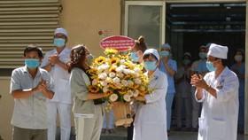 Các bệnh nhân mắc Covid-19 đã khỏi bệnh tặng hoa cảm ơn đội ngũ y bác sĩ.