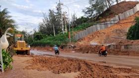 Cát đỏ từ dự án Gold Sand Hill trôi xuống phủ kín cả đoạn đường Huỳnh Thúc Kháng.