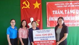 Phó Bí thư Thành ủy TPHCM Võ Thị Dung thăm, trao quà hỗ trợ người dân vùng tâm hạn Bình Thuận
