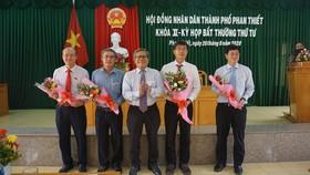 Ông Phan Nguyễn Hoàng Tân (thứ 2 từ phải qua) nhận nhiệm vụ mới.