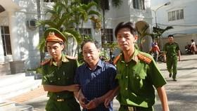 Ông Nguyễn Hữu Hoành, nguyên Phó  Gám đốc Chi nhánh Văn phòng Đăng ký đất đai TP Phan Thiết được dẫn về nơi tạm giam.