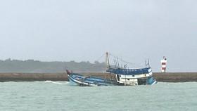 Tàu cá chìm trên vùng biển Bình Thuận, 5 người chết và mất tích