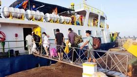 Nhiều năm qua, thí sinh trên huyện đảo Phú Quý phải đi tàu biển để vào đất liền dự thi tốt nghiệp THPT.