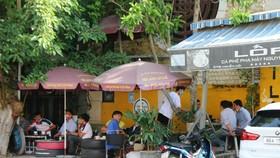 Nhiều quán cà phê ở TP Phan Thiết chưa chấp hành nghiêm công tác phòng chống dịch Covid-19.