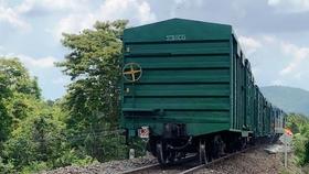 Sự cố tàu hàng AH1 bị trật bánh khỏi đường ray đã khiến tuyến đường sắt Bắc - Nam bị ngưng trệ trong nhiều giờ.