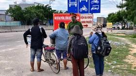 4 mẹ con đi xe đạp từ Đồng Nai về Nghệ An được hỗ trợ vé tàu về quê