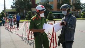 Lực lượng chức năng TP Phan Thiết kiểm tra giấy tờ những trường hợp được phép ra đường khi thành phố thực hiện biện pháp giãn cách xã hội theo Chỉ thị 16.