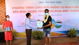 Lãnh đạo tỉnh Bình Thuận tặng hoa cho những vị khách đến .du lịch tại địa phương