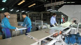 Workers produce bricks at a Viglacera factory in Thai Binh province (Photo: VNA)