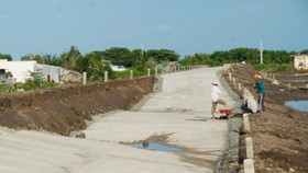The damaged stretch of a newly built road in Ca Mau province (Photo: SGGP)
