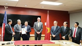 Mr. Nguyen Thien Nhan (3rd, R) witnesses the ceremony of granting investment certificates for three projects into Saigon Hi-Tech Park in San Francisco on December 12, 2017 (Photo: SGGP)