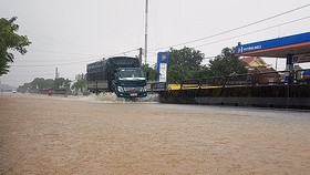 National Highway 1A  was under floodwater in Tuy An district, Phu Yen province on November 26 (Photo: SGGP)