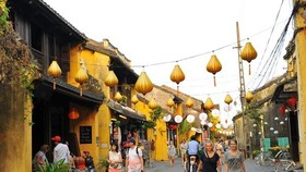 Visitors on a street in Hoi An ancient town (Photo: VNA)