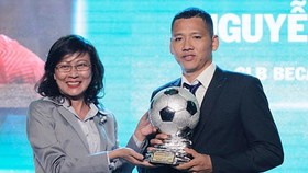 Deputy chairman of HCMC People's Committee Nguyen Thi Thu at the awarding ceremony of the Golden Ball Awards 2018