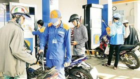 Gasoline prices increase by VND939 per liter as of 3 p.m. on March 2. (Photo: SGGP)