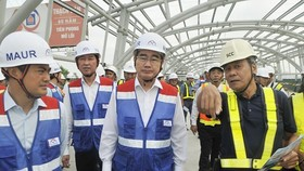 HCMC Party leader Nguyen Thien Nhan talks to contractors of Ben Thanh-Suoi Tien metro line at Phuoc Long station on March 13 (Photo: SGGP)