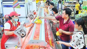 Customers at a supermarket in HCMC (Photo: SGGP)