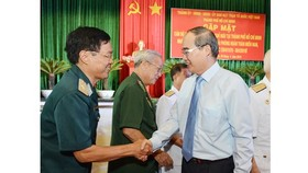 HCMC Party Leader Nguyen Thien Nhan gives his regards to rerited military commanders (Photo: SGGP)