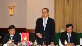 Secretary of the Ho Chi Minh City Party Committee Nguyen Thien Nhan speaks at the talks (Photo: VNA)