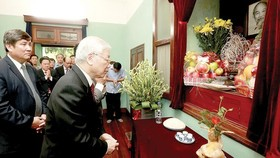 Party General Secretary and President Nguyen Phu Trong offers incense in memory of President Ho Chi Minh at House 67