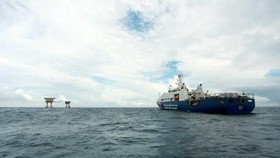 A Vietnam Coast Guard ship is on mission around the DK1/15 oil rig. (Photo: VNA)