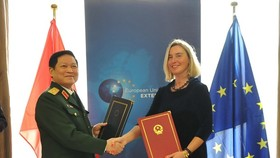 Minister of National Defence General Ngo Xuan Lich (L), and Vice President of the European Commission and High Representative of the EU for Foreign Affairs and Security Policy Federica Mogherini (Photo: VNA)